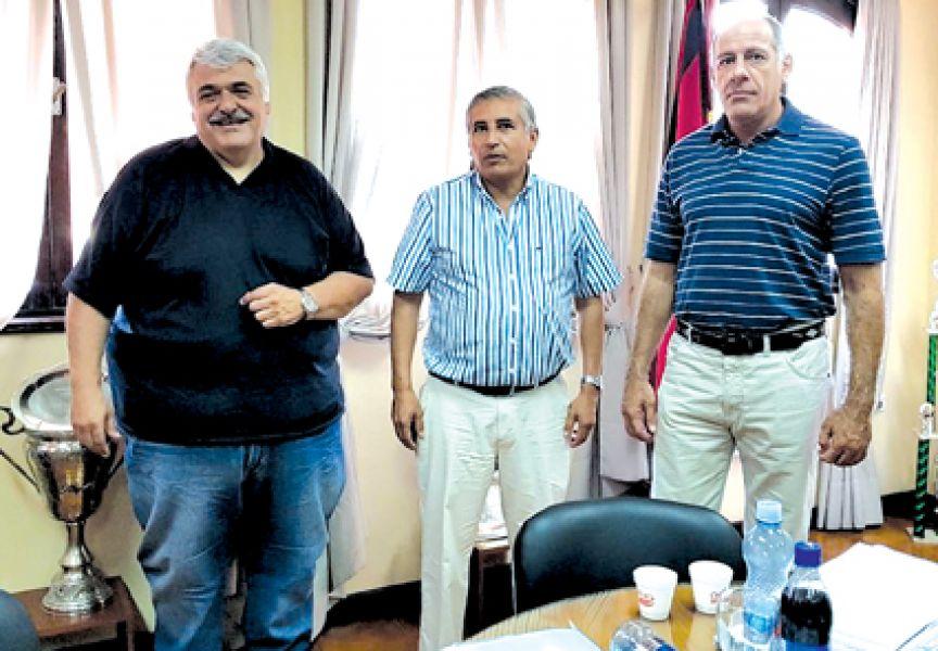 Juan Carlos Ibire, titular de la Sub Comisión de Fútbol de Gimnasia junto al presidente, Marcelo Mentesana y el vice Kriger.