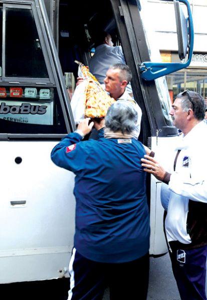 Klix con la imagen de la Virgen que llevó al partido. Foto: Matías Panza.
