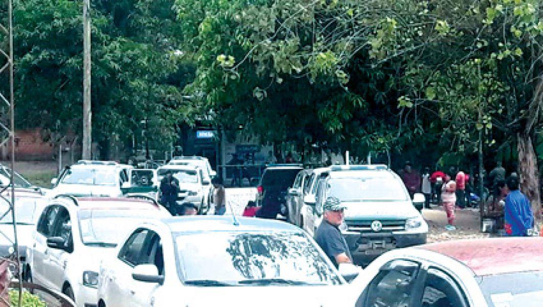 Los bagayeros prosiguen con el acuerdo y cruzaron ayer por un paso habilitado. La gendarmería se enfrentó con contrabandistas.