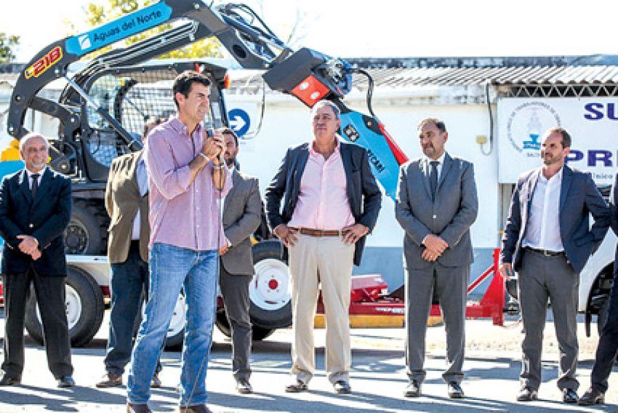 El gobernador Urtubey en la entrega de varios vehículos y maquinarias minicargadoras a la empresa Aguas del Norte.