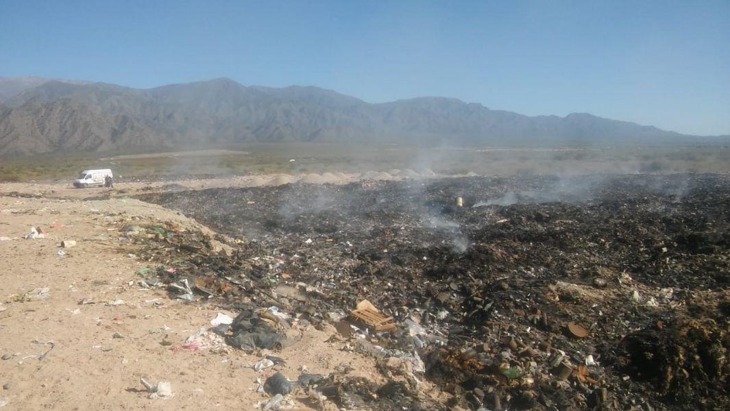 La columna de humo del incendio que persiste en el vertedero del Consorcio de Manejo de Residuos del Valle Calchaquí, ubicado en Animaná.