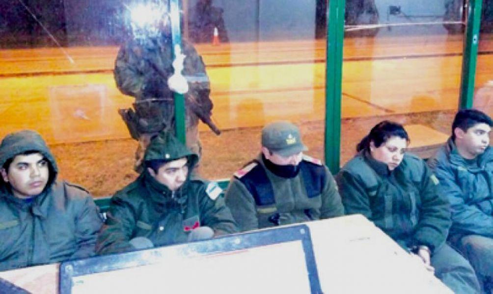 """Los cinco gendarmes detenidos por cobrar coimas a los colectivos denominados """"tours de compras""""."""