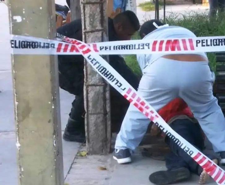 El cuerpo del hombre tirado en una plaza, al parecer se encontraba como dormido, en realidad estaba muerto.