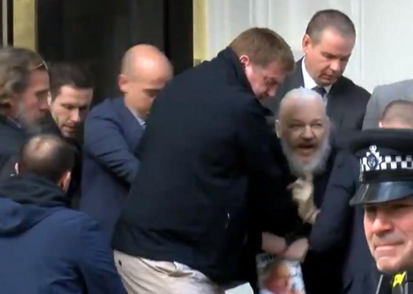 Momento en el que el periodista Julian Assange es sacado fuera de la embajada ecuatoriana de Londres.