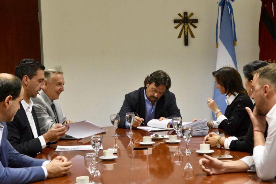 Sáenz firmó las escrituras de traspaso de dos terrenos que eran asentamientos y ahora serán barrios 23 de Agosto y La Ribera.