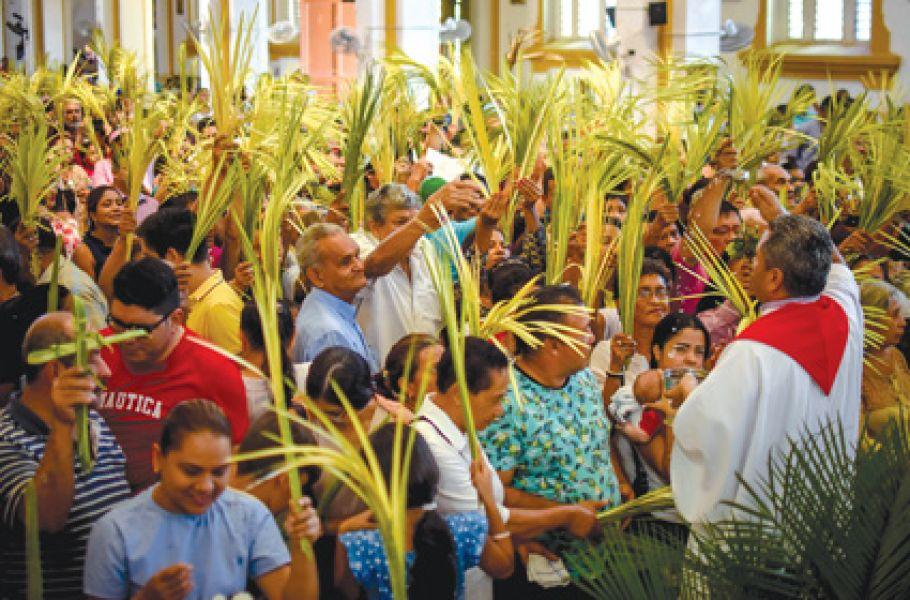 Las familias colmaron las iglesias y parroquias del país e hicieron bendecir los ramos en el inicio del triduo Pascual.