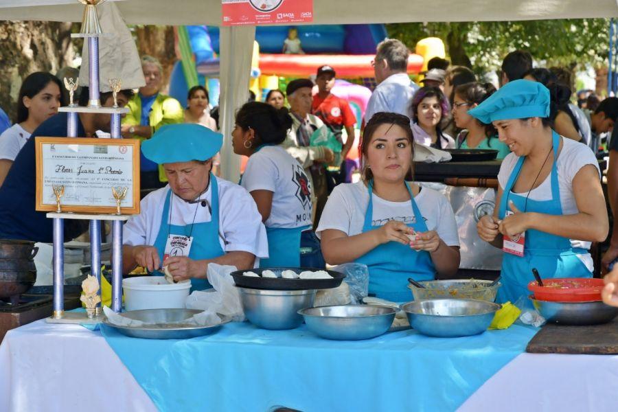 Un nuevo certamen de la empanada tuvo lugar en Plaza Alvarado con la participación de medio centenar de empanaderas concursantes.