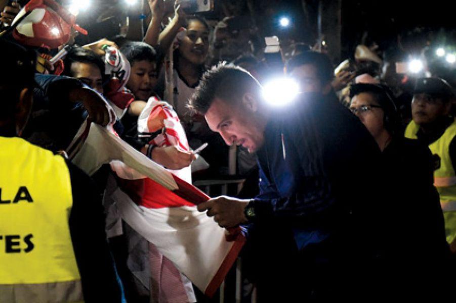 El arquero de River, Franco Armani, firma autógrafos frente al hotel donde se aloja el Millonario. La devoción del hincha salteño deslumbró a todos.