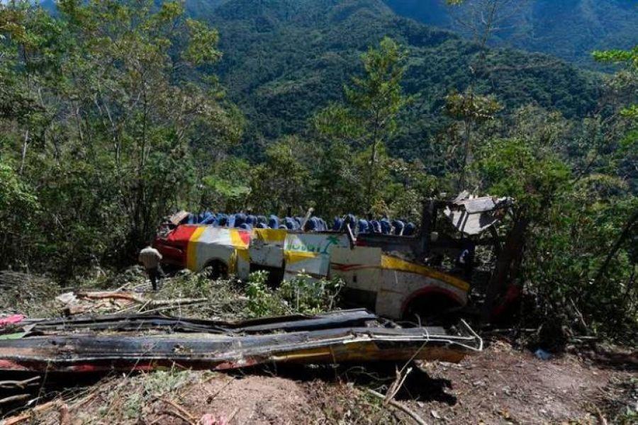 El colectivo despedazado cerca de la localidad de Yolosita, en la comunidad de Yavichuco, a unos 90 kilómetros de La Paz en una zona montañosa.