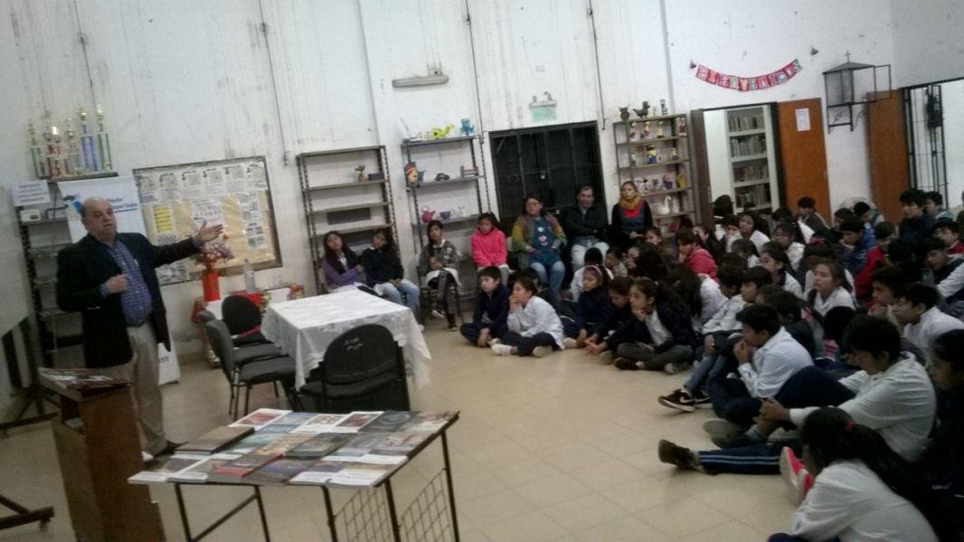 """Ricardo Alonso en su charla sobre el libro frente a la audiencia infantil y juvenil en la biblioteca popular """"Nora Godoy""""."""