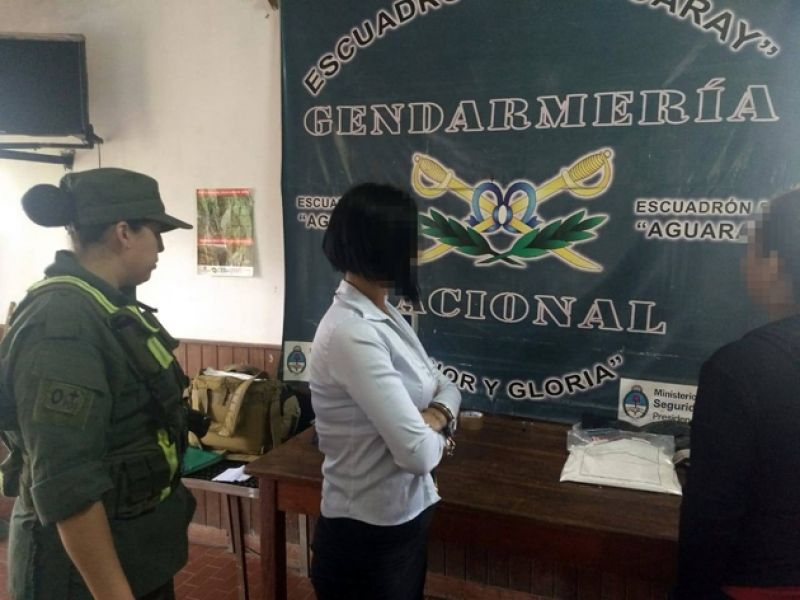 Descubren que la azafata de una línea de colectivo trabajaba y transportaba la droga en su cuerpo, fue detenida por Gendarmería.