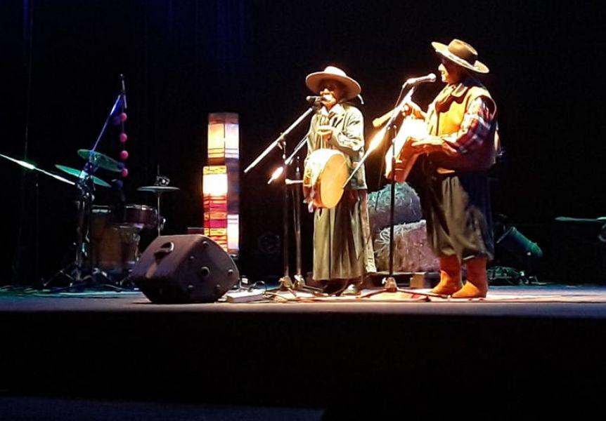 El Bagualero Vázquez junto a Eulogia Tapia en su última presentación en Salta. El cantor pionero en su género a los 82 años padece de un cáncer.
