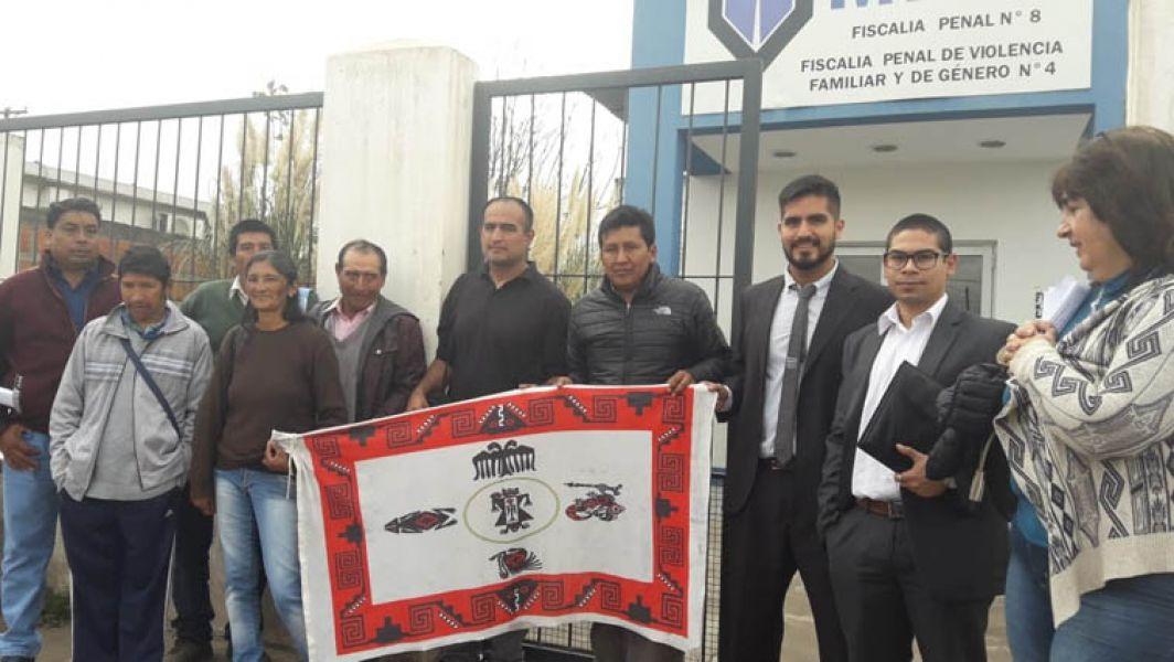 Los nueve integrantes de la comunidad diaguita de Cachi imputados junto a sus abogados a la salida de la audiencia con la jueza.