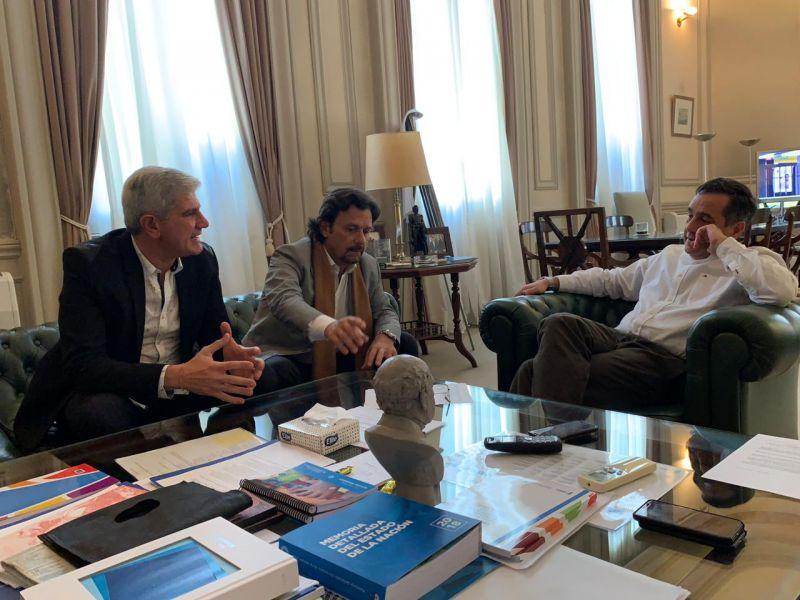 El diputado nacional Andrés Zottos y el Intendente Gustavo Sáenz con el ministro de Educación de Nación Alejandro Finocchiaro.