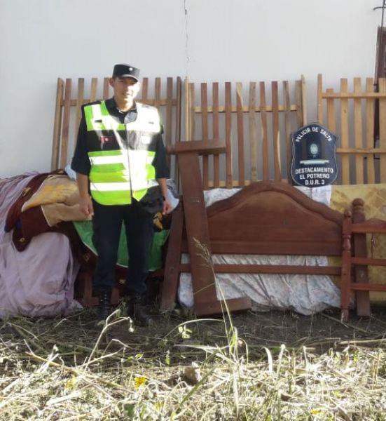 Los policías encontraron los muebles ocultos entre las malezas, a unos 150 metros del domicilio donde los robaron.