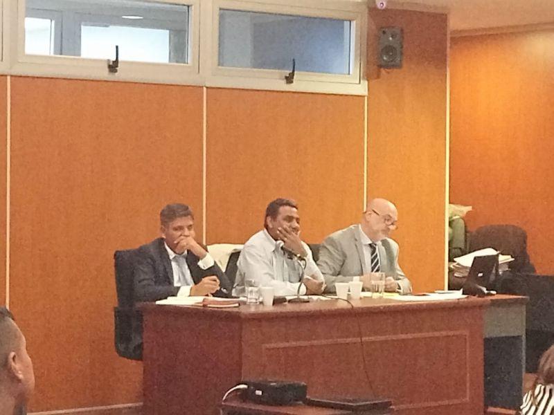 El principal acusado Federico Condorí con sus abogados en el juicio por la muerte de Cintia Fernández.