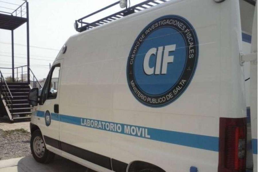Personal del CIF realizó las pericias en la vivienda donde ocurrió el violento homicidio de la docente.
