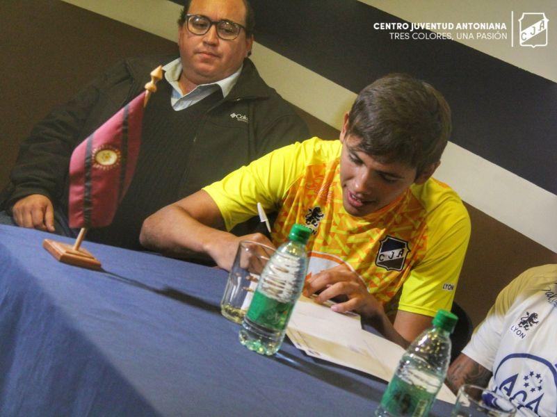 Santiago Nogales, ex arquero de Cachorros, firmando su contrato como refuerzo de Juventud.  Gentileza: Sitio Oficial