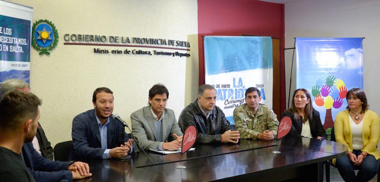 """Autoridades y auxiliares, en la presenación de """"La Patriótica""""."""