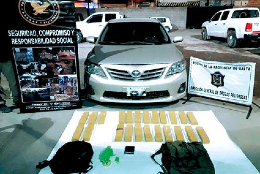 """Se encontraron 23 paquetes tipo """"ladrillos"""" que contenían más de 19 kilos marihuana."""