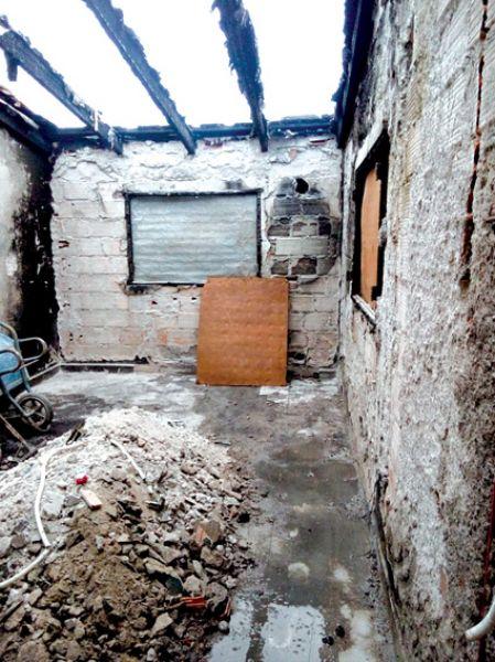 La vivienda quedó desvastada tras el incendio y buscan cubrirla para el invierno.