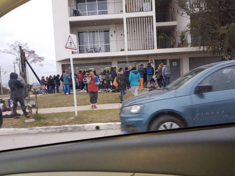 A diario desde la madrugada se generan largas filas en la nueva sede de la ANSES en barrio el Huaico. Malestar de los vecinos.