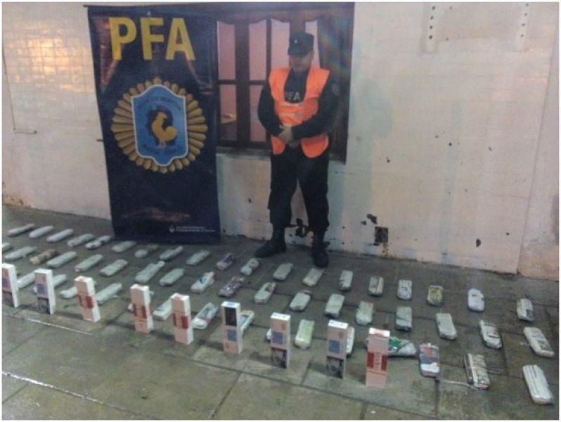 Los cigarrillos y las hojas de coca secuestrados en Salvador Mazza.