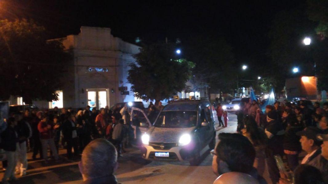 Anoche vecinos y trabajadores se manifestaron en Embarcación por nombramientos en el hospital.