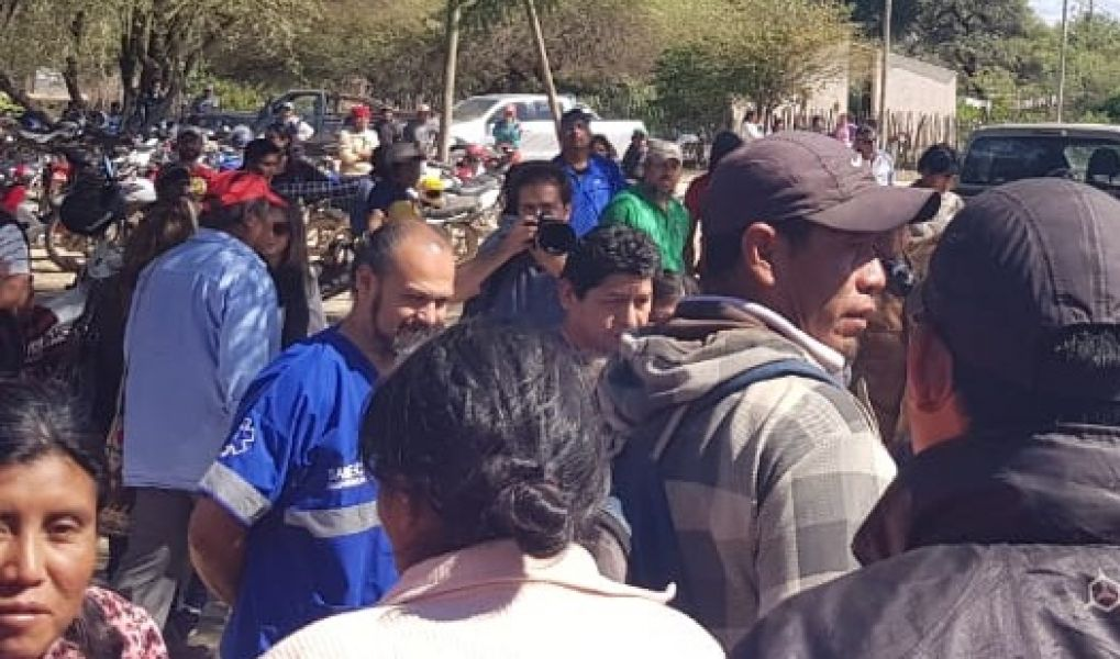 Obligó a docentes y directivos a salir de la escuela para iniciar la toma. La comunidad pidió la intervención del Ministerio.