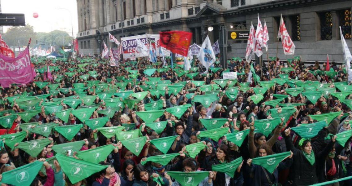 """El """"Pañuelazo federal"""" tiñó de verde los alrededores de la plaza del Congreso. La marea verde se expandió en todo el país y en el extranjero."""