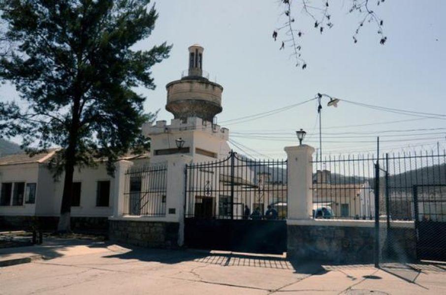 Un interno en la cárcel local recibió heridas de arma blanca en el tórax y abdomen. Falleció días después en el Hospital San Bernardo.
