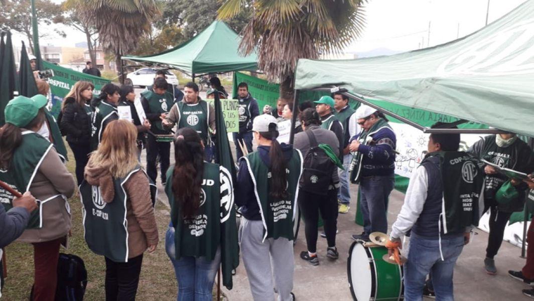 """""""Hay quienes se encuentran cobrando 2500 pesos por los servicios en Salud Pública"""", dijeron agentes de la salud que acampan en el Grand Bourg."""