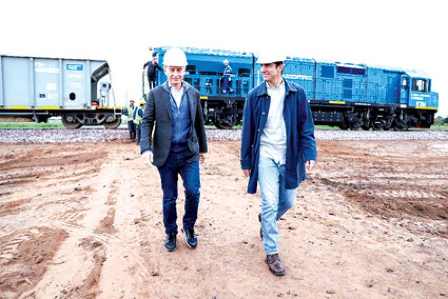 El presidente Mauricio Macri y el gobernador Juan Manuel Urtubey tras descender del tren que los trasladó hasta Piquete Cabado, donde se realizó l
