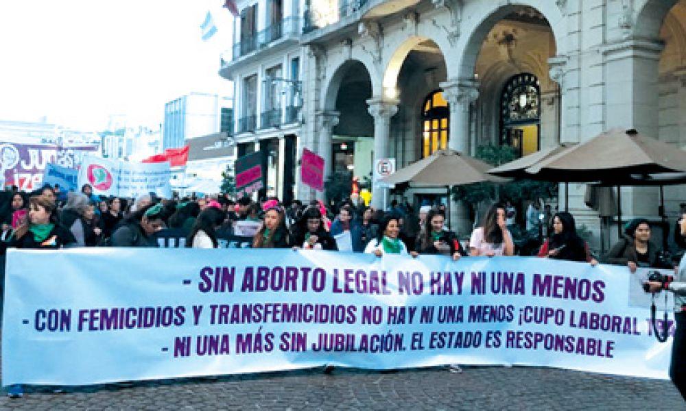 Una multitud de mujeres se convocó en la Plaza 9 de Julio y recorrió las calles del microcentro de la ciudad al grito de #NiUnaMenos.