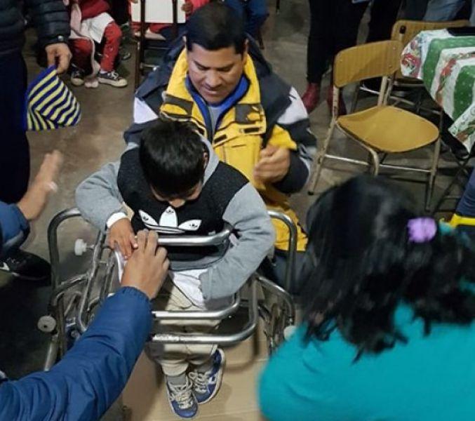 El niño se prueba el andador postural fabricado alumnos de segundo y cuarto años de la carrera de Electromecánica de la Ex ENET N°2.