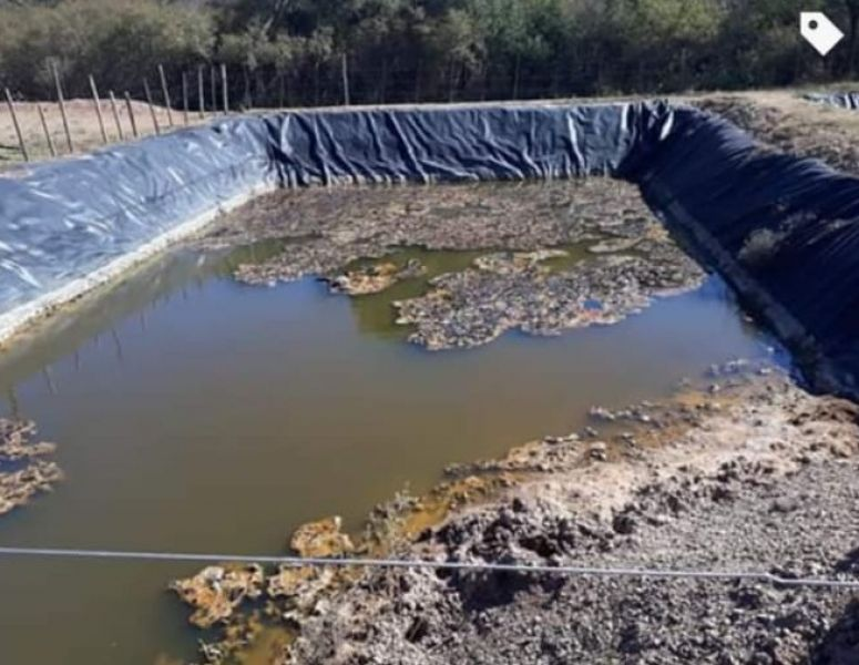 Hay desacuerdo en los pagos con la petrolera y su dueño teme por los residuos que se almacenan en piletas conformadas en la exploración.