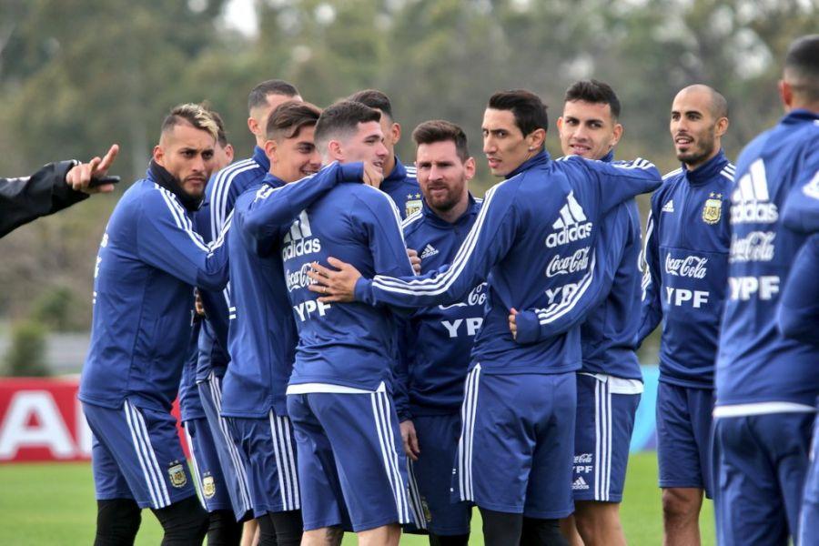 Lionel Messi junto a sus compañeros, entrenando en Ezeiza. Reconoció que cada vez le cuesta más concentrar y estar lejos de su familia.
