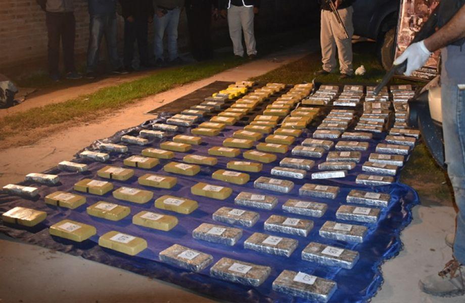 La policía contabilizó 69 paquetes rectangulares que contenían cocaína con un peso total de 64 kilos 515 gramos.
