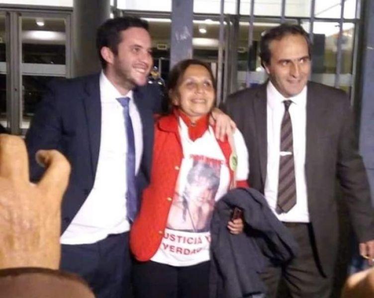 Ana Fernández a la salida del juicio. Esta foto se viralizó en las redes sociales junto a sus abogados Pablo del Pino y Pedro García Castiella.