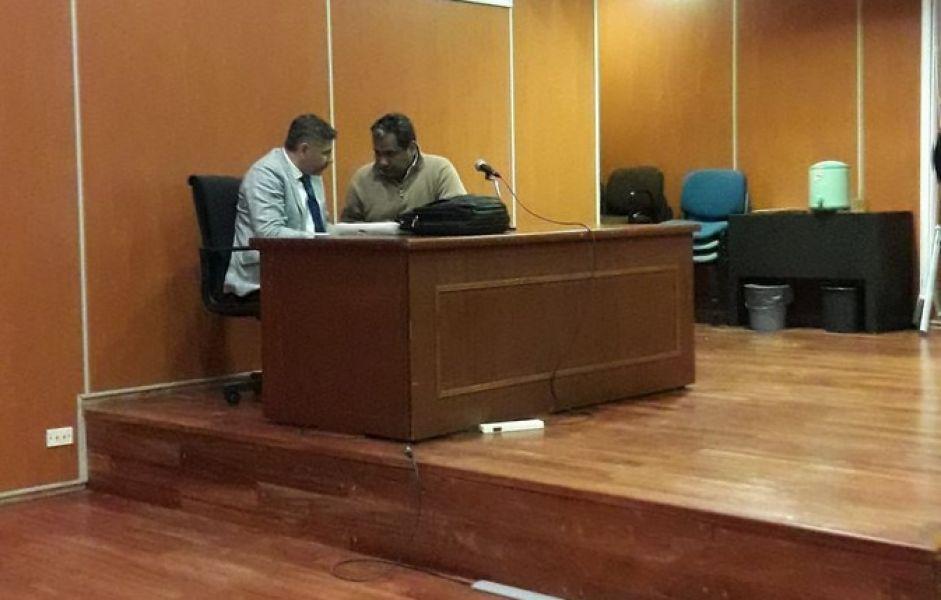 Mario Condorí y su abogado después de la lectura de la sentencia a 23 años de cárcel efectiva.