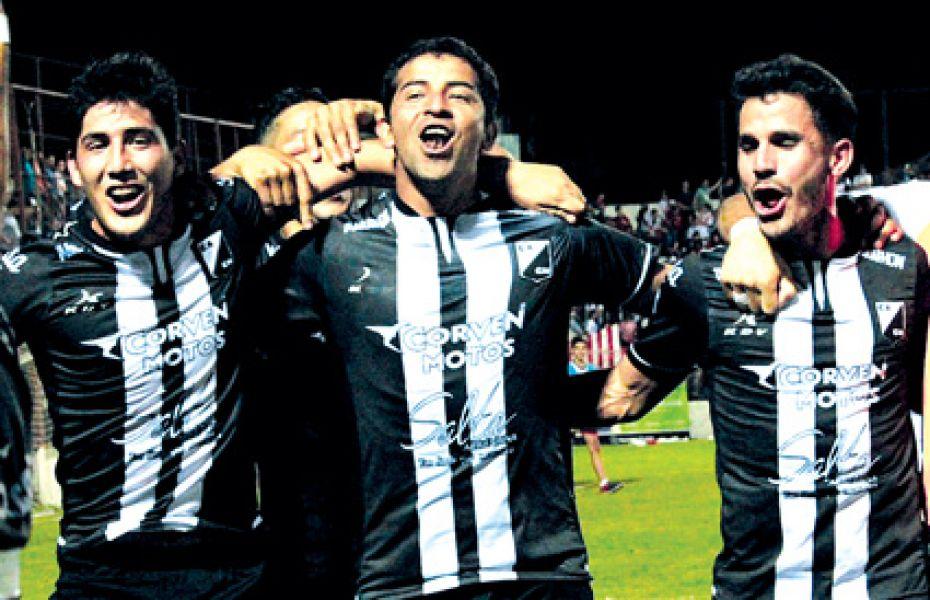Apaza, Reyes e Issa festejando. Gentileza: @CACNoficial