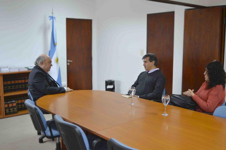 Los padre de Gala Cancinos con el Procurador Abel Cornejo. Se reunirán sistemáticamente con uno de los investigadores por el caso.