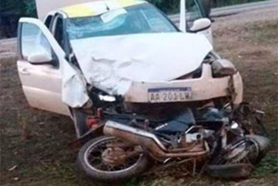 El taxista impactó y arrastró a la motocicleta al cambiar de carril.
