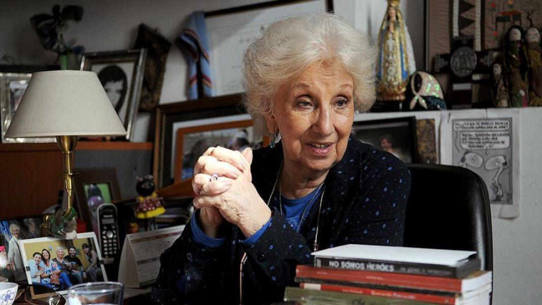 """El nieto 130 """"vive fuera de Capital Federal pero expresó su voluntad de estar presente durante el anuncio"""", dijo Estela de Carlotto."""