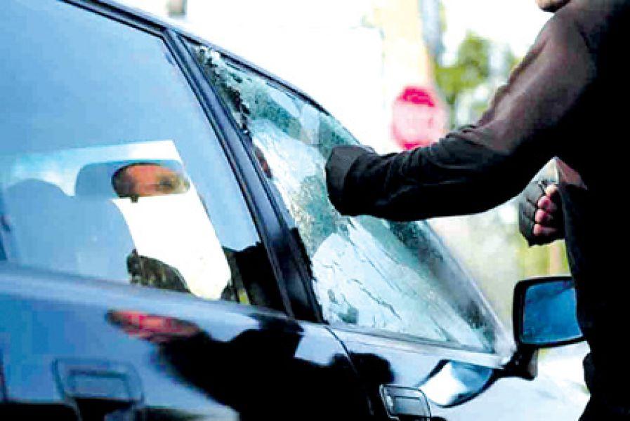 Tras romper una ventanilla un motochorro sustrajo una mochila en un hecho ocurrido en abril.