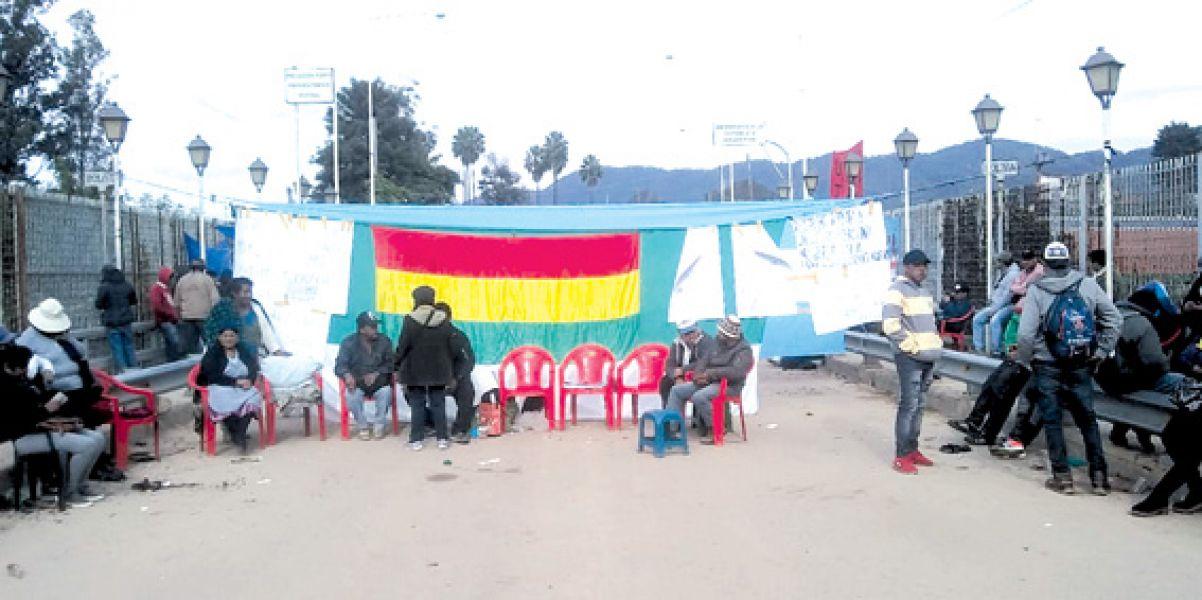 Manifestantes piden un puente comercial paralelo y cortan indefinidamente el acceso al puente internacional en Salvador Mazza. (Foto: Raúl Costes).