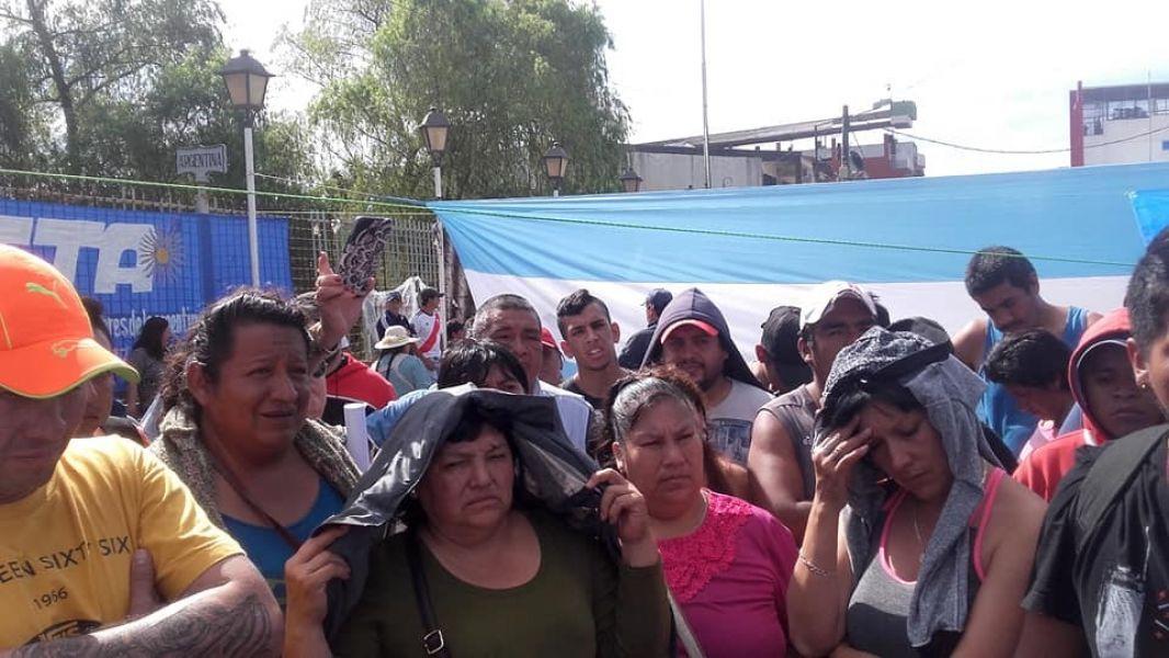 Se cumplió el tercer día de bloqueo del puente, solo cada 15 minutos pasan vehículos, a excepción de los de gran porte. (foto: Raúl Costes).