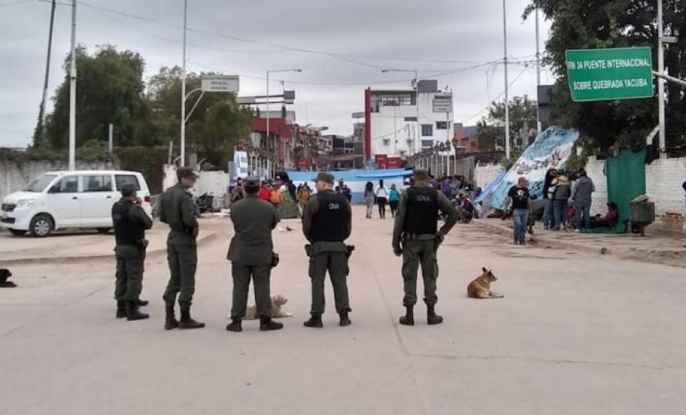 Organizaciones sociales de Bolivia y Argentina aseguran que no levantarán el corte en la frontera hasta que consulados no les lleven soluciones.
