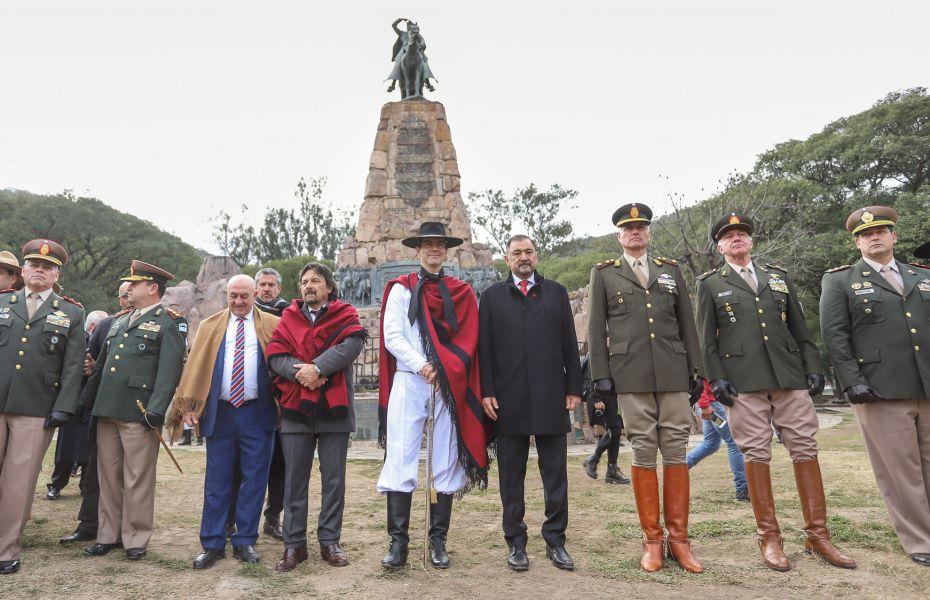 """""""La figura de Güemes se resignifica en nuestra libertad y autonomía como pueblo"""", dijo Urtubey en el Monumento junto al el intendente Sáenz."""
