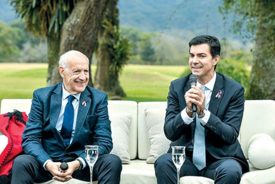 Ya en plena campaña, Urtubey le puso un poncho a Lavagna y hablaron con la prensa en la residencia de finca Las Costas.